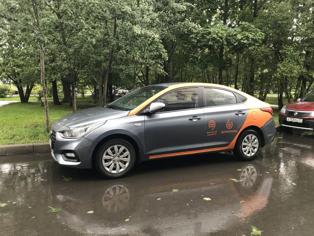 Автомобиль Hyundai Solaris на парковке в Зеленограде