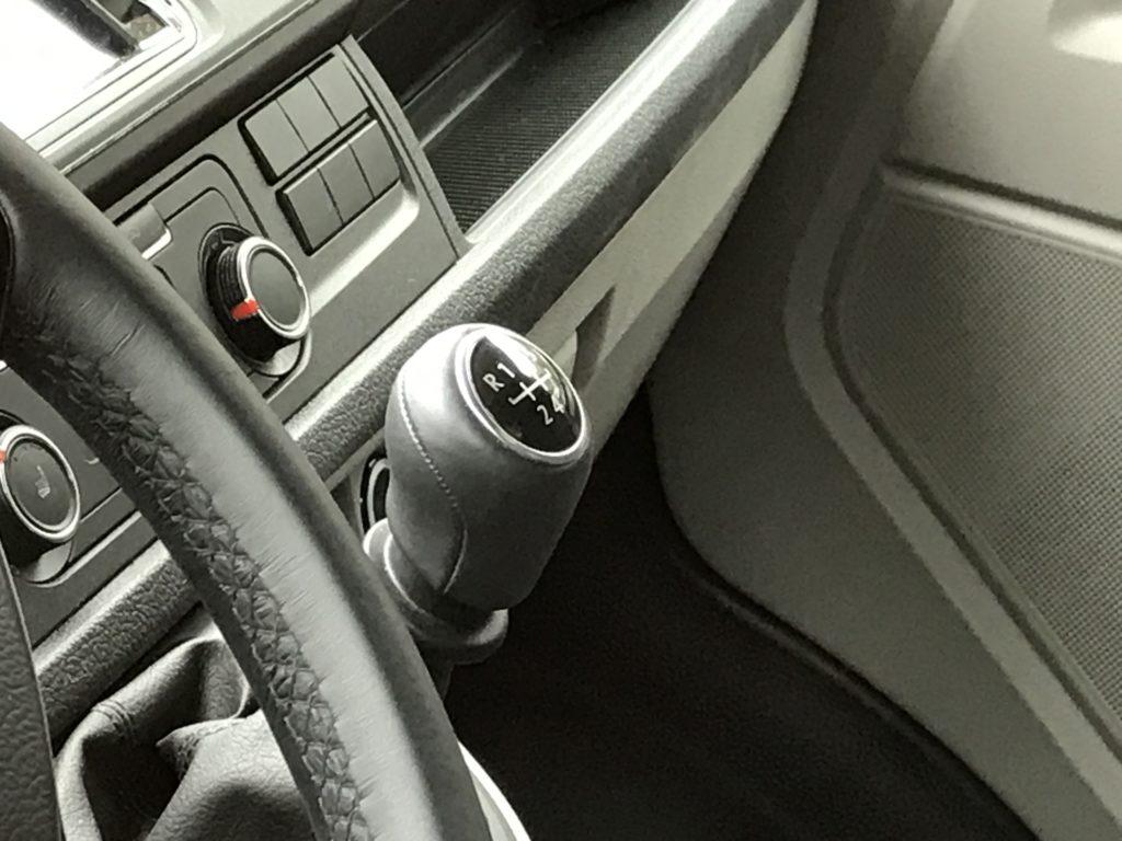 Интерьер Volkswagen Transporter с МКПП