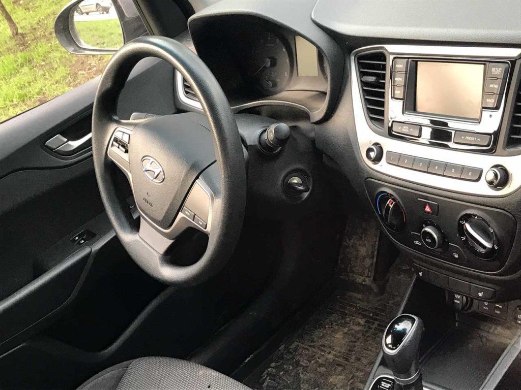 Интерьер Hyundai Solaris в каршеринге Делимобиль Уфы
